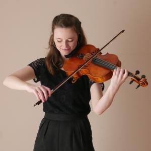 Freyja Meany playing the viola