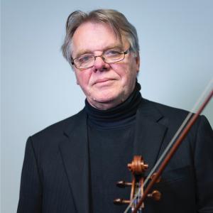 Tor Frømyhr holding viola